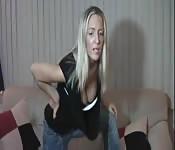 Heiße Blondine bei POV-Femdom in engen Jeans