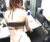 Une beauté baisée dans le bureau