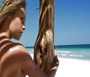 Heiße Blondine am Strand