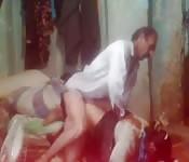 Cara excitado leva sua esposa para uma boa cavalgada