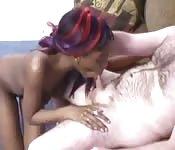 Una chica mulata con un hombre blanco peludo