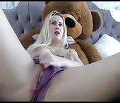 Geiler Blondine masturbiert neben Plüschtier