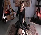 Um homem em uma especia de dispositivo de castidade durante uma masturbação fendom
