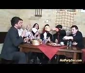 Moreninha europeia fazendo sexo grupal