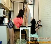 Versaute Mädchen flirten in der Küche