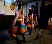 Brasileiras esbeltas dançando em uma tarima
