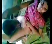 Nette, indische Jugendliche verwüstet