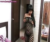 Una maiala indiana si spoglia in con un abito sexy