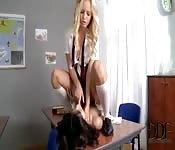 Kobieta uczy swoją nową partnerkę