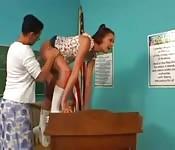 Uma jovem estudante muito bonita monta com sua  professora lésbica
