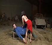 HeißeBrünette fickt einen Bauern im Stall