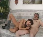 Teen safada transando com o seu pai no sofá