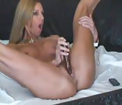 La sensazione di masturbarsi con un grosso dildo nero