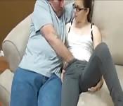 Junge Brünette mit Brille wird intensiv und hart gefickt