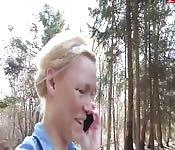 Alemana se masturba en el bosque hasta correrse