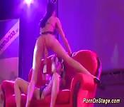 Porno lésbico en un escenario público