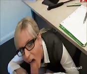 Secretaria bajo la mesa