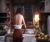 Seksowny kociak ściąga bluzkę w kuchni