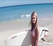 Pillada en la playa y follada en el coche