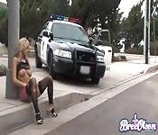 Fick die Blonde im Streifenwagen