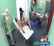 La dottoressa lesbica si fa la paziente