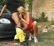 Blonde Schlampe im Auto gefickt