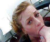 MILF kriegt's vorm Sex ins Gesicht