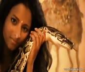 Sexy encantadora de serpientes