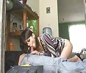 Femme au foyer baise le plombier