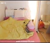 Chica asiática en su habitación, tocándose