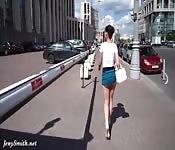 Bekijk een vrouw als ze schudt met haar kont terwijl ze loopt