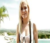 Une petite blonde baisée par une queue Française