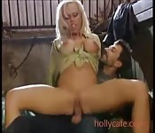 Sexy alemã peituda cavalgando no estabulo
