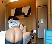 Morena tatuada mostra sua enorme bunda