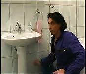 Sexo bom com a coroa no toalete
