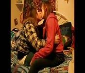 Jonge minnaars kussen erotisch binnen