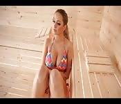 Adolescente perfeita em uma sauna