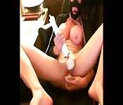 Zamaskowana laska masturbuje się przed kamerą