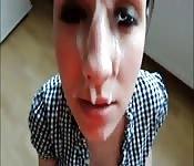 Jolies salopes se prennent des éjaculations à plein visage