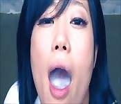 Japanisches Schulmädchen beim Wichseschlucken