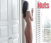 Elle est nue et magnifique