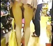 Pervcam volgt meisje in winkel