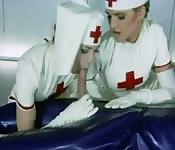 Los cuidados intensivos de dos enfermeras cachondas