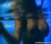 Une grosse et superbe femme nage