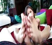 Uma bela latina pagando um belo boquete