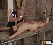 O dono usa uma vela sobre seu escravo