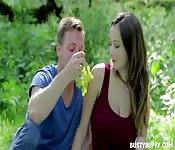 Sexo anal durante un picnic con Lucie Wilde