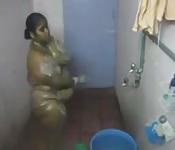 Grosse indienne dans la douche