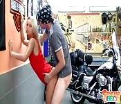 Une bikeuse baisée par le mécano