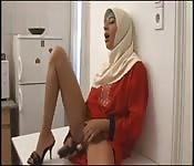 Una ragazza in hijab si masturba